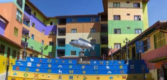 Vierkant met zilveren vissenstandbeeld en kleurrijke voorgevels, Guatape Stock Foto