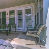 Vierkant Plaatsingsgebied op de portiek van een huis met dakraam op het dak royalty-vrije stock fotografie