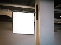 Vierkant uithangbord op de witte kolom het 3d teruggeven Royalty-vrije Stock Foto