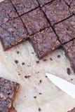 Vierkant van brownies op bakseldocument Stock Fotografie