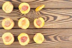 Vierkant van de helften perziken en één plak van perzik royalty-vrije stock foto