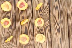 Vierkant van de helften perziken en plakken van perzik stock fotografie