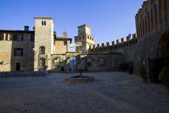 Vierkant van het kleine middeleeuwse dorp van Vigoleno Stock Foto's