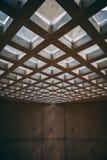 Vierkant vensterplafond in de abstracte bouw stock foto