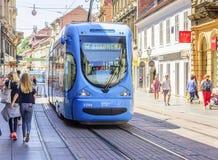 Vierkant Verbod Josip Jelacic met toeristen en trams op een de zomerdag in Zagreb royalty-vrije stock afbeeldingen