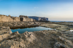 Vierkant waterreservoir op de rotsachtige overzeese kust, Gozo Royalty-vrije Stock Foto's