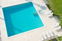 Vierkant zwembad. Royalty-vrije Stock Afbeeldingen