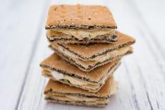 Vierkante de koekjes witte houten achtergrond van de vormsandwich Stock Afbeelding