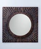 Vierkante die spiegel door donker metaalkader wordt gecreeerd Royalty-vrije Stock Foto