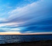 Vierkante dramatische zonsondergang bij de lange blootstelling van de meerhorizon Stock Afbeelding