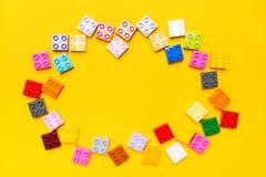 Vierkante elementen van stuk speelgoed kleurrijke aannemer zoals kader over gele achtergrond met exemplaarruimte royalty-vrije stock afbeeldingen