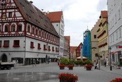 Vierkante en voetstraat in het centrum in de stad van Nordlingen in Duitsland Stock Afbeelding