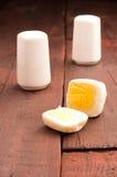 Vierkante, gepelde eieren stock foto's