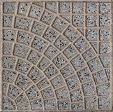 Vierkante grijze tegels met gevormd kader grijze die achtergrond met kleine zwarte kiezelstenen van vulkanische rots wordt gestro stock foto's