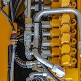 Vierkante kaderdetails van de motor van een geel op zwaar werk berekend bouwvoertuig stock afbeelding