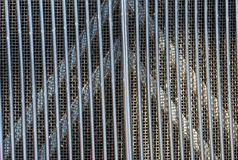 Vierkante Netpatronen en Texturen achter Verticle-Metaalbars Royalty-vrije Stock Afbeeldingen