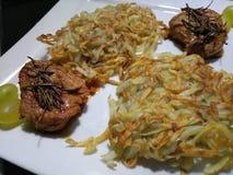 Vierkante plaat van knapperige die aardappels met varkensvleesfilet worden gebraden Royalty-vrije Stock Foto's