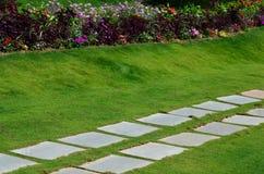 Vierkante steenweg in tuin Stock Foto