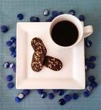 Vierkante witte plaat en mok met chocoladekoekjes en zwarte koffie Royalty-vrije Stock Fotografie