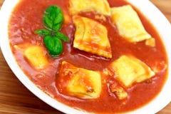 Vierkanten van deegwaren vulden met vlees en spinazie Stock Foto's