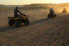Vierling het biking, zonsondergang, woestijn, Egypte stock foto