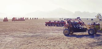 Vierlingfiets in de woestijn Stock Foto's