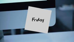 Viernes Días de la semana La inscripción en la etiqueta engomada en el monitor almacen de video