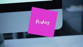 Viernes Días de la semana La inscripción en la etiqueta engomada en el monitor almacen de metraje de vídeo