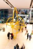 Viernes 22 de diciembre de 2017, Dublin Ireland - gente en las llegadas del terminal 2 Foto de archivo