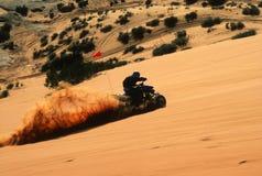 Vierrädrige Droschke, die Spaß auf dem Sand hat stockbild