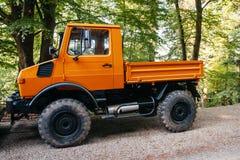 Vierradantriebfahrzeug Unimog, wie auf einem Waldweg gesehen Lizenzfreie Stockfotografie