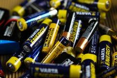 VIERSEN, ALEMANIA - 27 DE MARZO 2019: Pila de baterías usadas vacías recogidas para la basura especial fotografía de archivo libre de regalías