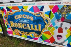 VIERSEN, GERMANIA - 27 MARZO 2019: L'insegna variopinta annuncia l'aspetto del circo Roncalli fotografie stock