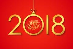 2018 viert het Gelukkige Nieuwjaar banner met met de hand geschreven vakantiegroeten en gouden Kerstmisbal op rode achtergrond Royalty-vrije Stock Foto's