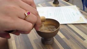 Vierta el agua del esmero en el templo, Bangkok, Tailandia almacen de metraje de vídeo