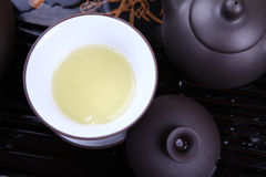 Vierta el té del primer de la tetera Imagen de archivo libre de regalías