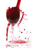Vierta el vino en el vidrio Imagenes de archivo