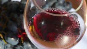 Vierta el vino en vidrio con cierre de la uva para arriba almacen de video