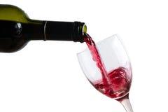 Vierta el vino rojo en vidrio imagen de archivo libre de regalías