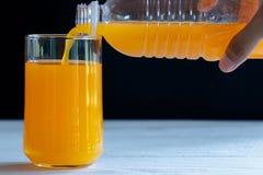 Vierta el zumo de naranja imágenes de archivo libres de regalías