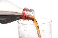vierta la bebida en un vidrio Fotos de archivo libres de regalías