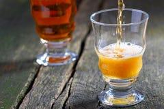 Vierta la cerveza Foto de archivo libre de regalías