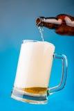 Vierta la cerveza en un vidrio Imagen de archivo libre de regalías