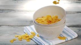 Vierta los copos de maíz en el cuenco