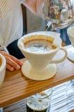 Vierta sobre preparar del café imagen de archivo libre de regalías