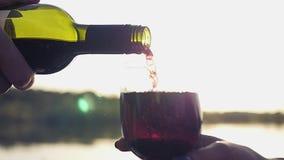Vierta un vino costoso en un vidrio en el fondo del mar con reflexiones y el efecto de la lente Cámara lenta almacen de video