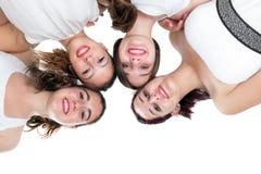 Viertalmeisjes die bij hoofden aansluiten zich Stock Foto's