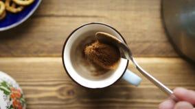 Vierte el café instantáneo en la taza metrajes