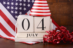 Viertel des hölzernen Kalenders Juli-Weinlese mit Flaggenhintergrund Lizenzfreie Stockbilder