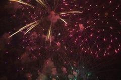 Viertel von Juli-Feier mit den explodierenden Feuerwerken, Unabhängigkeitstag, Ojai, Kalifornien Lizenzfreies Stockbild